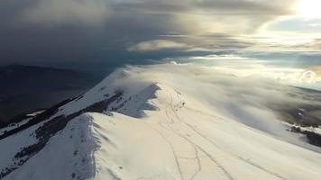 il drone sorvola le cime delle montagne innevate video