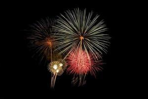 explosión de fuegos artificiales de colores en el festival anual foto