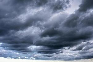 oscuro cielo dramático y nubes tormentosas foto