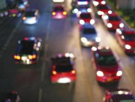Fondo abstracto de luces bokeh de atasco de tráfico en la ciudad foto