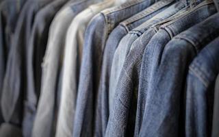 camisa de jeans azul en la tienda foto