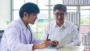 le médecin donne des conseils aux patients qui viennent à la clinique video
