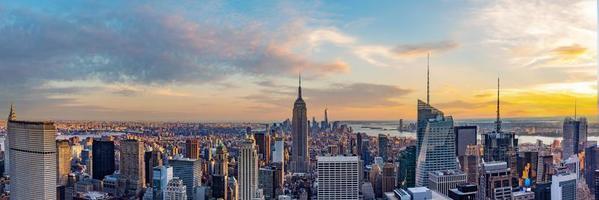 Horizonte de la ciudad de Nueva York desde la azotea con rascacielos urbanos al atardecer foto