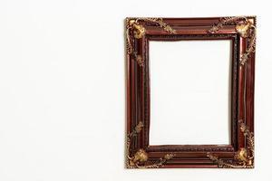 Marco de imagen vacío sobre fondo de pared blanca con espacio de copia foto