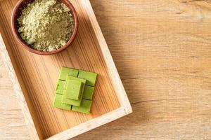 chocolate de té verde matcha fresco y suave con polvo de té verde matcha foto