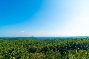 Punto de vista de pha chor con horizonte de la naturaleza en el parque nacional de mae wang, chiang mai, tailandia foto