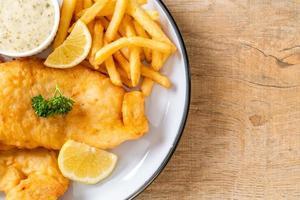 pescado y patatas fritas con patatas fritas - comida poco saludable foto