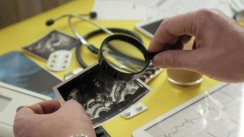 sidovy av terapeutens skrivbordsekg-resultat på ett ultraljudsläkemedels- och hälsovårdskoncept på en datortablett video
