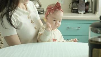 la mère nourrit le bébé avec un concept de mère cuillère video