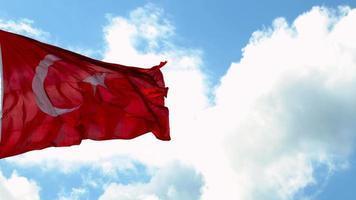 a câmera diminui o zoom enquanto a bandeira turca balança no céu nublado video