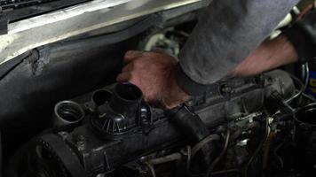 conserto de motor de carro em oficina video