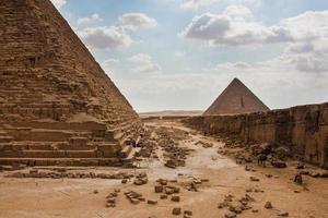 la gran pirámide en la meseta de giza foto