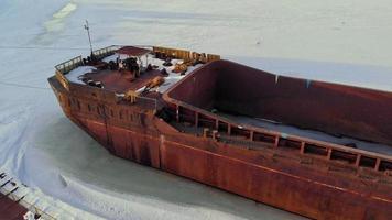 gammal fartyg pråm på en frusen flod antenn skytte video