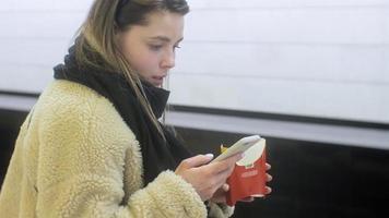 mulher comendo fast food no metrô video