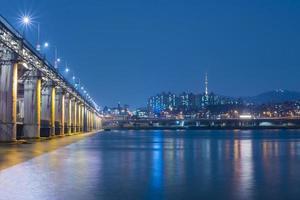 paisaje urbano de seúl en la noche foto
