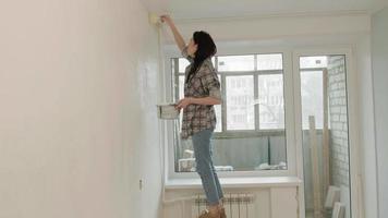 jeune femme coupant le plafond video