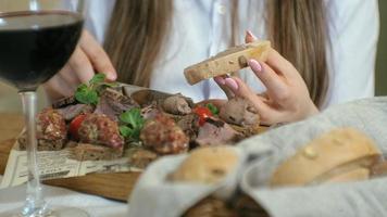 primo piano di un gustoso piatto di carne video