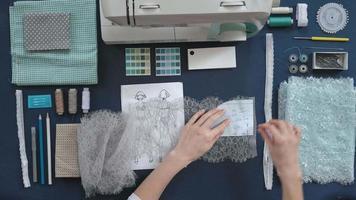 costureira de mesa designer de lingerie vista de cima fundo azul video