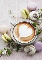 macarrones con una taza de café foto