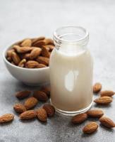 leche de almendras y almendras foto