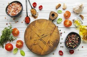 Cocinar utensilios de madera tabla de cortar vacía y especias concepto de plantilla de cocina de alimentos foto