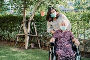 Asia anciana o anciana anciana paciente en silla de ruedas en el parque saludable concepto médico fuerte foto