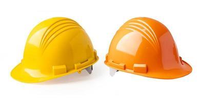 Casco de construcción de color amarillo y naranja aislado sobre fondo blanco. foto