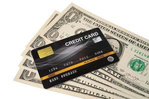 tarjeta de crédito en billetes de dólar estadounidense foto