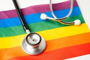 estetoscopio negro en la bandera del arco iris foto