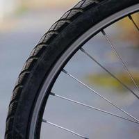 rueda de bicicleta en la calle foto