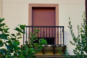 Ventanas y balcones en la fachada de la casa. foto
