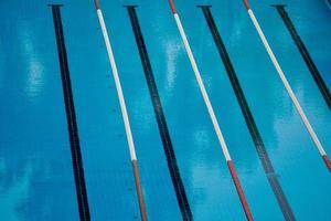 piscina de natación deportiva vacía foto