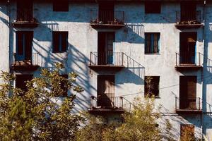 balcón en la fachada de la casa foto