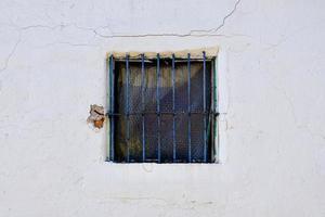 ventana en la fachada blanca de la casa foto