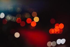 luces de la calle bokeh multicolor en la noche foto