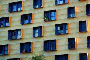 Ventanas en la fachada del edificio. foto