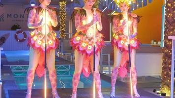 trois femmes debout prêtes à danser video