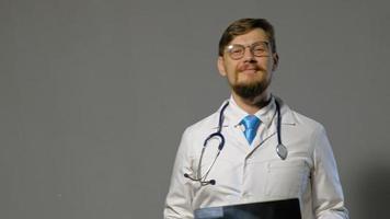 doctor en bata blanca video