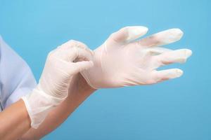 manos en guantes estériles enfermera o médico foto