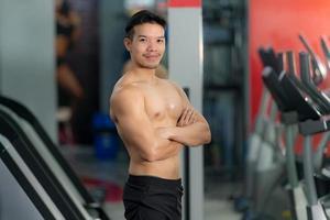 guapo, deportivo, hombre, posar, en, gimnasio foto