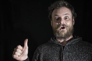 Hombre barbudo con bigote con emociones en su rostro foto