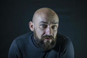 Calvo barbudo bigote hipster retrato ojos azules foto
