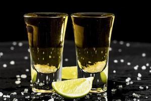 dos vasos de tequila con limón y sal foto