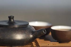 Conjunto chino vintage con tetera yixing ceremonia del té negro sobre fondo verde foto