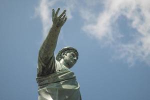 estatua de bronce en la pátina, el duque de richelieu señala con la mano foto