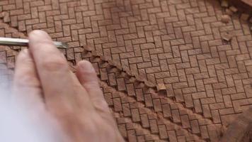 el tallador de madera corta el adorno de parquet en el tablero de caoba con un cincel y hace un agradable sonido de asmr video
