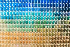 Filas de hilos de coser fondo multicolor primer plano de fondo foto