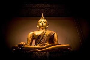 estatua dorada de buda en tailandia foto