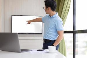 Presention empresario en la sala de conferencias con la mano apuntando a la pantalla foto