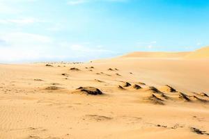 Ola en el desierto y el cielo azul mui ne duna de arena en el sur de Vietnam foto